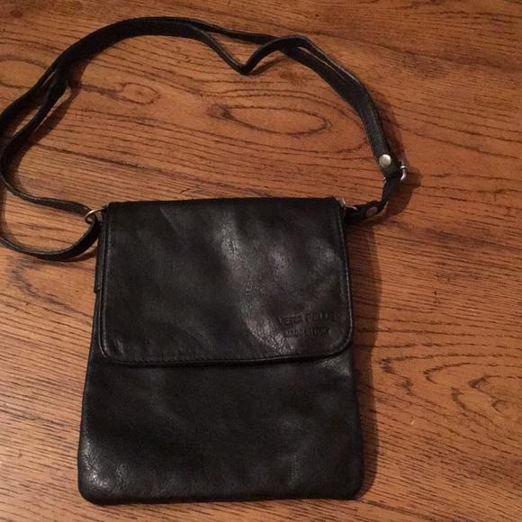 8f0f8fe553 EUC Vera Pelle Black Leather Crossbody Bag. M 5c3a6d6c0cb5aae1da955899
